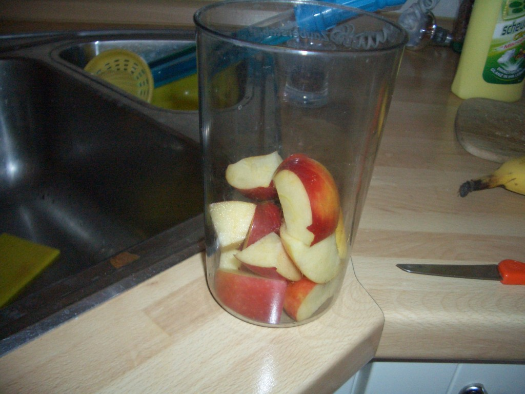 Einen Apfel ungeschält und zerkleinert